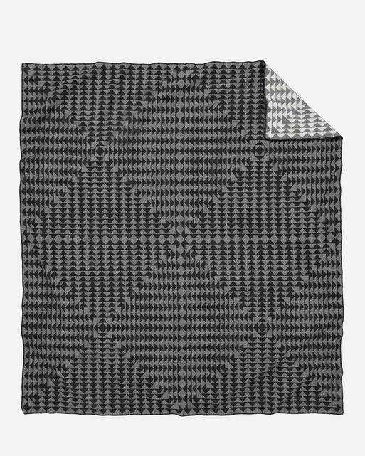 NOVA BLANKET IN CHARCOAL/WHITE